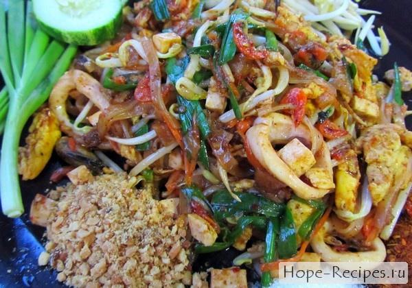 Пад Тай с морепродуктами в уличном кафе
