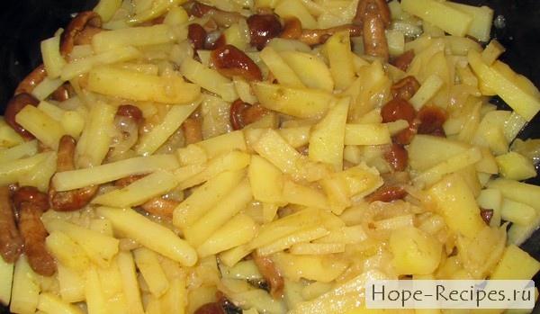 Рецепт жареной картошки с луком и опятами