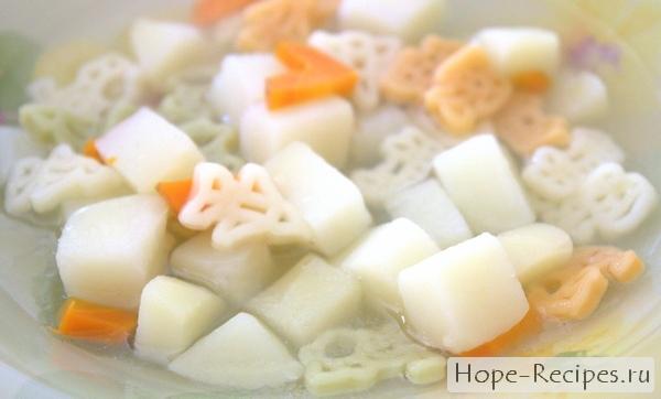 Детский суп на курином бульоне с овощами