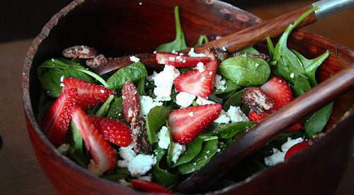 Легкий салат со шпинатом и клубникой
