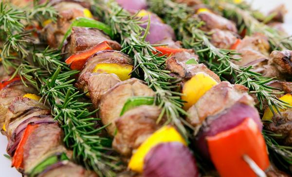 Вкусный шашлык из свинины с розмарином помидорами и луком