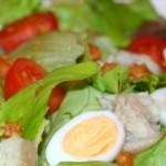 Салат из рыбы с яйцами и помидорами