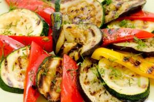 Аппетитные овощи-гриль, приготовленные на решетке мангала на углях