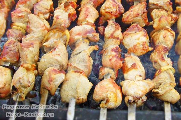 Ароматный золотистый шашлычок - идеальное блюдо для пикника