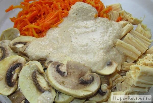 Пикантные шампиньоны по-корейски с белым соусом, спаржей и морковью