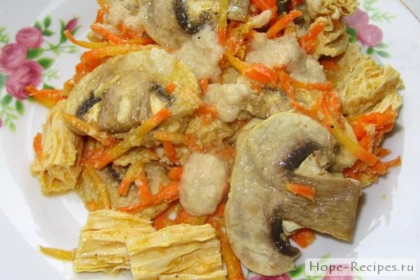 Грибы по-корейски со спаржей и морковью