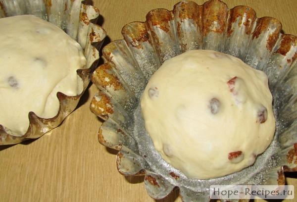 Тесто раскладывается по формочкам с запасом на подъем