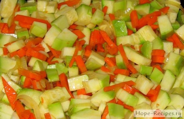 Сначала обжарить, чеснок, лук, морковь и кабачки