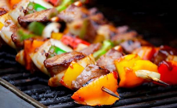 Шашлык из свинины в кисло-сладком тайском соусе с кусочками сладкого перца