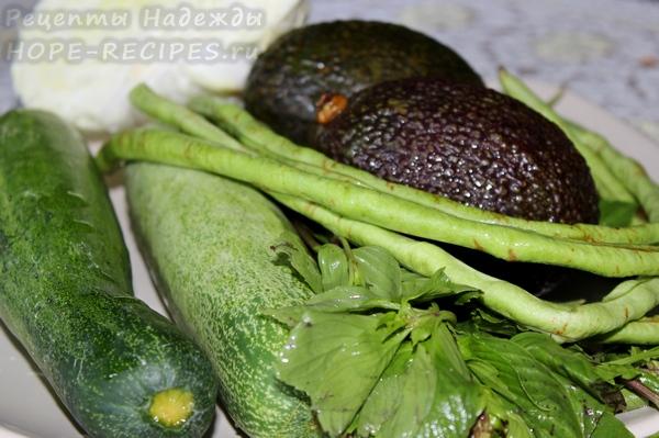Чтобы приготовить холодный суп, помимо авокадо понадобится также огурец, зеленая фасоль, базилик и капуста