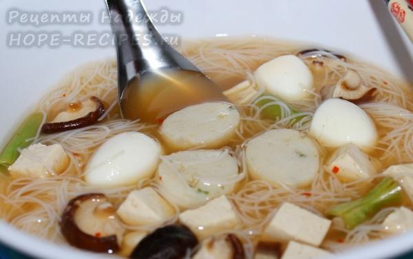 Суп с лапшой и рыбными шариками в тайском стиле