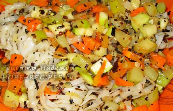 Вкусное блюдо из рисовой лапши с овощами и фукусами