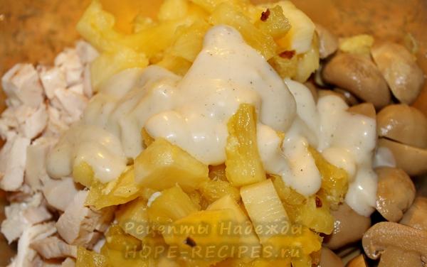 Куриный салат со свежим ананасом и шампиньонами