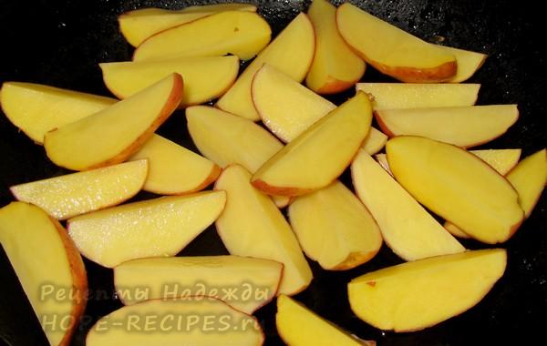 Дольки картофеля обжариваются в масле со всех сторон