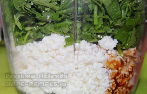 Творожный сыр взбивается блендером до состояния крема