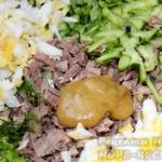 Нарезанные продукты соединяем вместе с горчицей и квасом