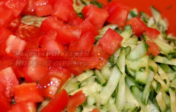 Огурцы крупно трем, помидоры нарезаем кубиками