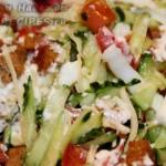 Оригинальный летний салат с огурцами и помидорами