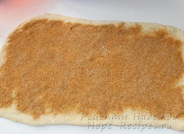 Раскатать пласт теста и присыпать корицей с сахаром