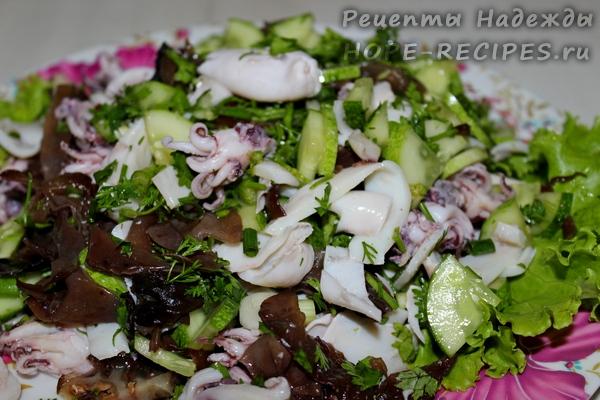 Готовый салат из кальмаров и грибов