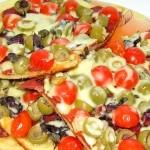 Пицца на тонком тесте с пепперони и помидорами