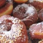 Жареные сладкие пончики с кунжутом