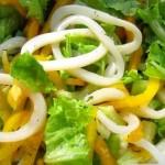 Салат с кальмарами и свежими овощами