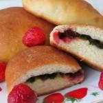 Пирожки со щавелем и клубникой