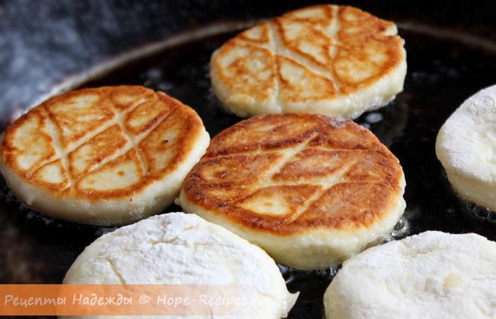 Обжаривать сырники нужно до золотистой корочки