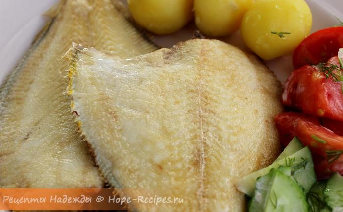 Камбала с отварным картофелем и свежими овощами