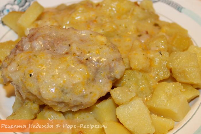 Тефтели с соусом и картофелем