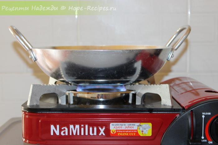 Вок и газовая плитка для приготовления тайской еды