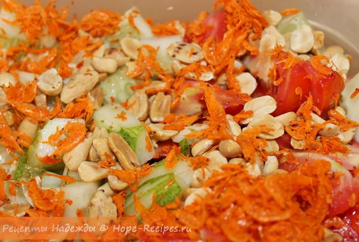 Вкусный острый тайский салат с креветками и зеленым манго