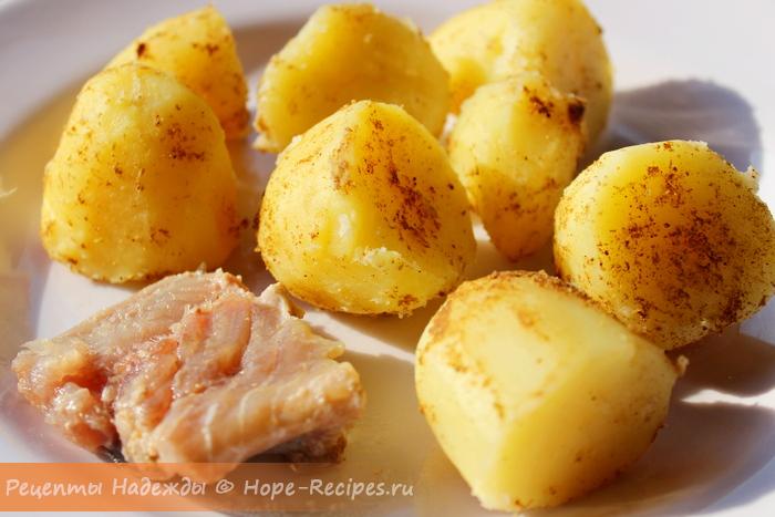 Отварной молодой картофель с карри и домашняя соленая селёдочка