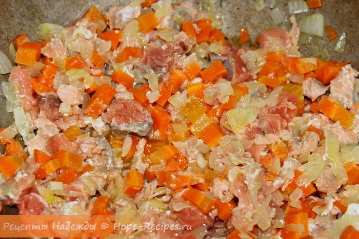 Обжариваем красную рыбку с овощами для ризотто