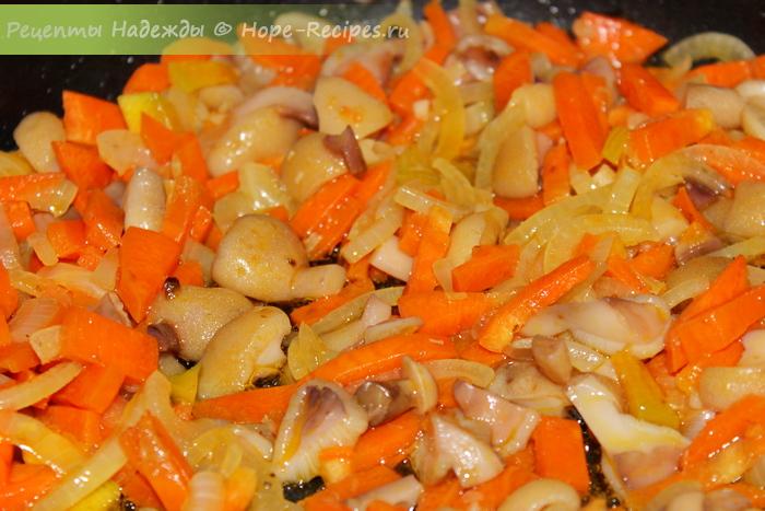 Готовим начинку для рулетиков - обжаривам лук с морковью и грибами