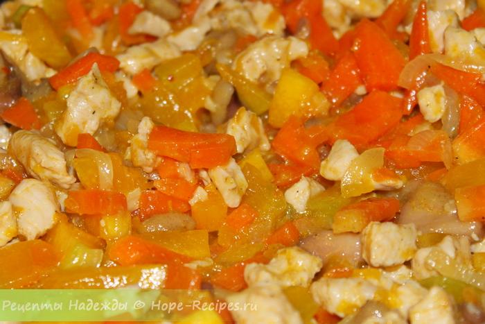 Обжариваем начинку для рисовых блинов - курица, тыква, лук, морковь и грибы