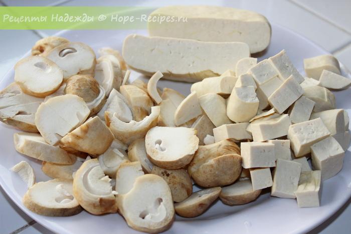 Нарезаем тофу кубиками и грибы пластиками