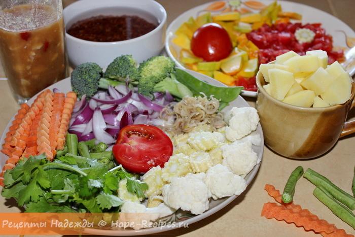 Ассорти нарезанных свежих овощей для рецепта