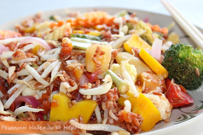 Постное блюдо - коричневый рис с овощами