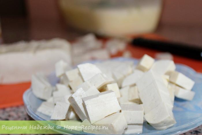 Тофу режем кубиками, в соевое молоко добавляем лед