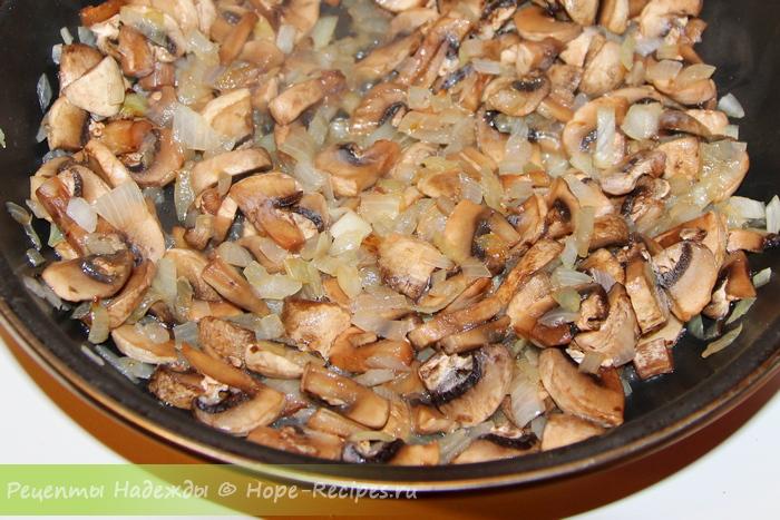 Обжариваем грибы с луком для жульена
