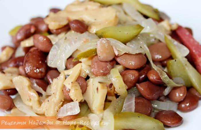 Очень вкусный теплый салат из фасоли с грибами и маринованными огурцами