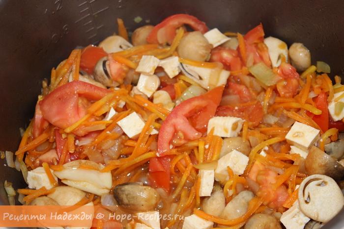 Основа для постного плова - обжаренные грибы с луком, чесноком, морковью и помидоркой