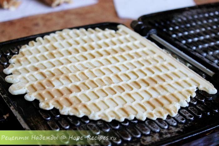 Готовая вафля должна быть румяной и легко отделяться от дна вафельницы