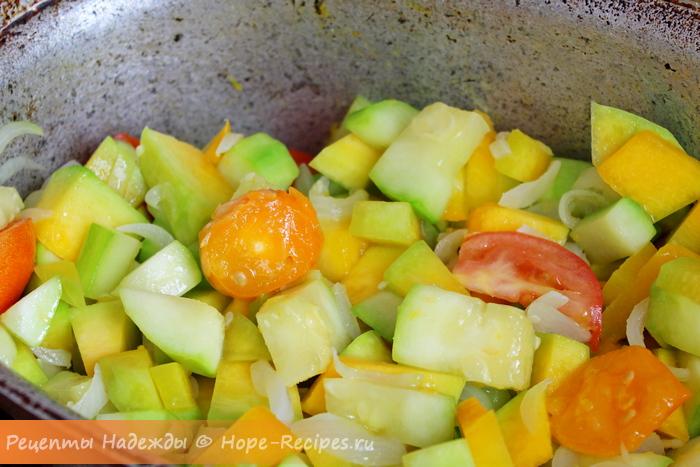 Тушим тыкву с кабачком, луком и помидорами