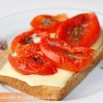 Бутерброд с сыром и вялеными помидорами