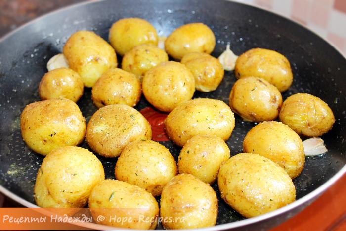 Обжариваем картофель с чесноком и травами в сливочном масле