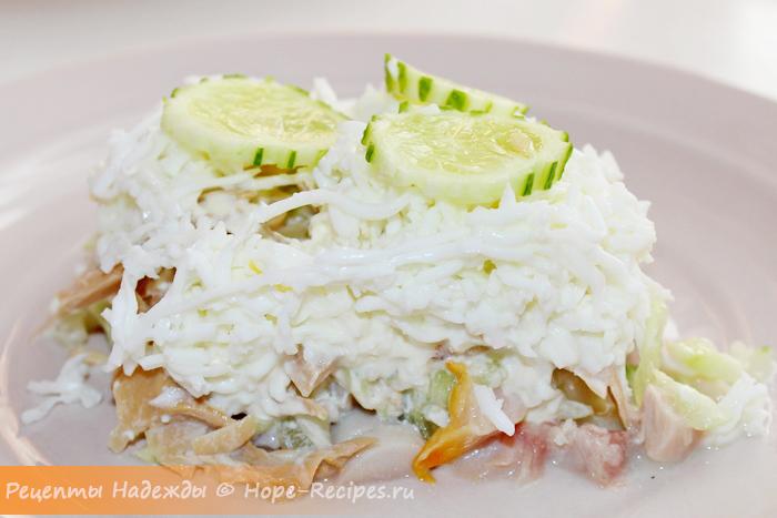 Вкусный салат Ирина с копченой курицей и грибами