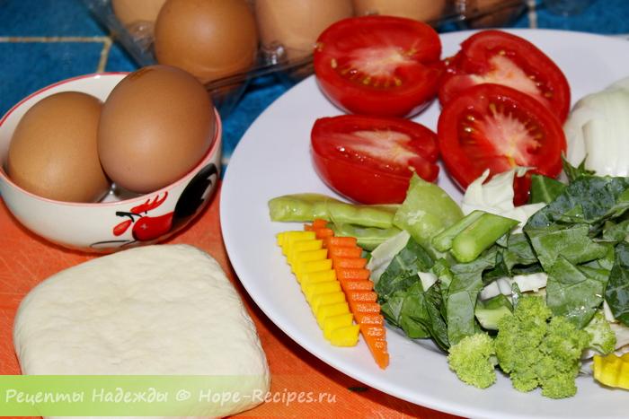 Ингредиенты для жареного риса - яйца, тофу и овощи